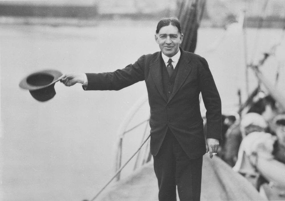 Shackleton bids the press and public a last farewell in London Image ©SPRI