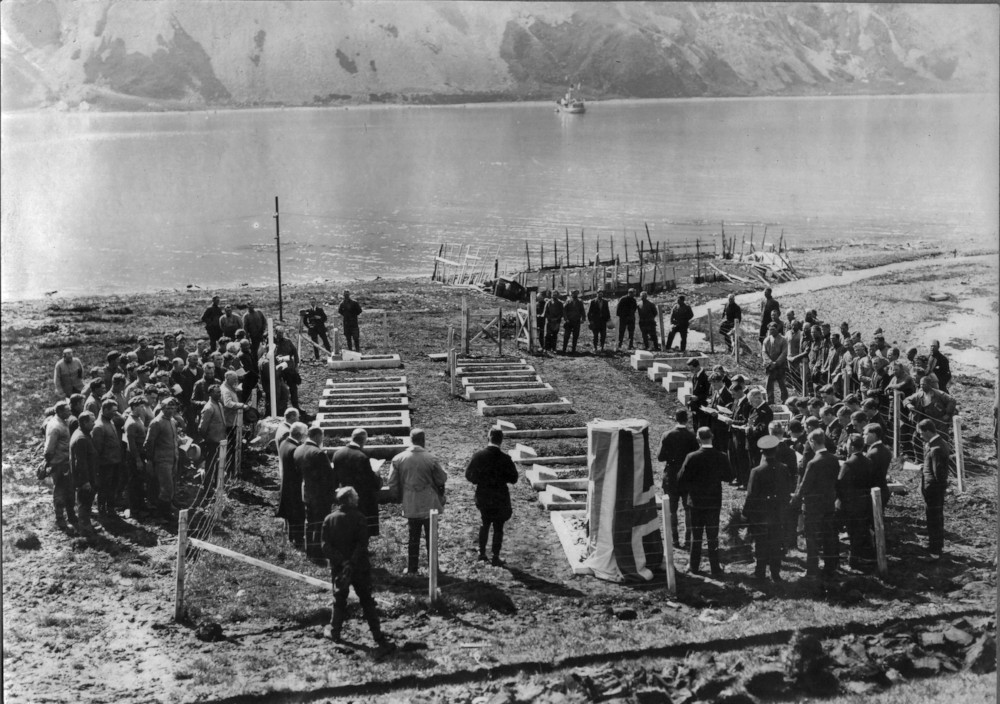 Arnold Hodson, the Governor of the Falkland Island Dependencies, unveils the headstone. Image couresy of Rowett-Chojecki Family Collection